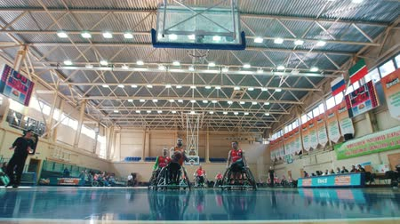 impaired : Kazan, Russia - 21 september 2018 - Disabled player throws a ball in the basket during a game of wheelchair basketball in the gym