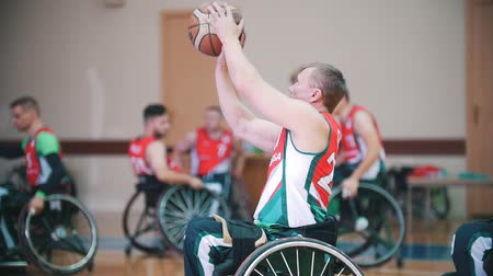 deficientes : Kazan, Russia - 21 september 2018 - Disabled player takes aim and performs throwing the ball into the basket during the game of wheelchair basketball