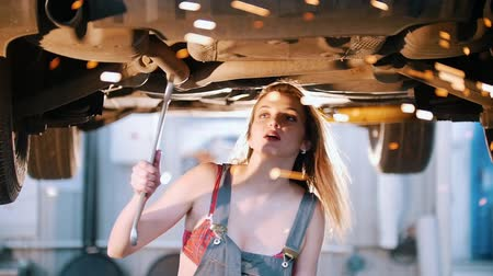 csavarhúzó : Sexy mechanic girl goes under the car with a spanner