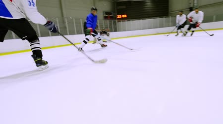 судья : Hockey player gives a pass to a teammate during a hockey match Стоковые видеозаписи