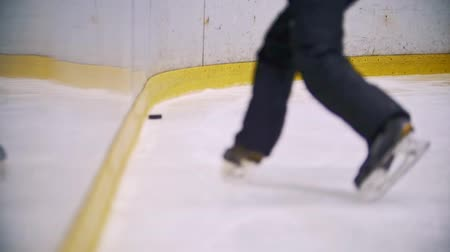 recinto : Hockey player throws the puck into enclosure wall Stock Footage