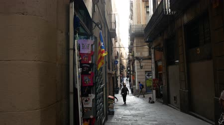 canto : Barcelona, Spain - September 2018: Narrow street in the old city of Barcelona withe estelada on the wall.
