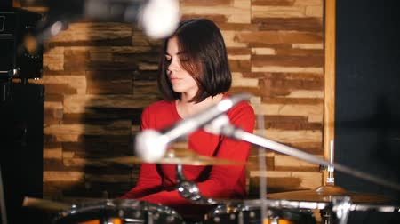 dobos : Repetition. Pretty girl passionately plays the drums Stock mozgókép