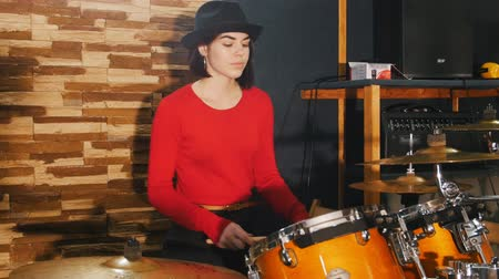 buben : Girl sits down the drums and starts playing