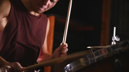 perkusja : Drummer plays music on wet drums in studio in a garage. Snare close up