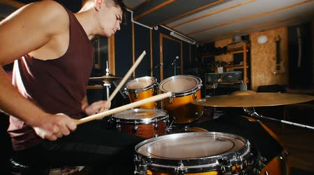 baqueta : Drummer passionately plays music on wet drums in studio Stock Footage