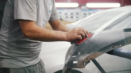 materiaŁ : Worker grinds the bumper on the desktop. Car repair service. Slow motion Wideo