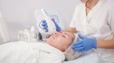 soyulması : Cosmetology procedures. Pore cleansing. Working with unstrument