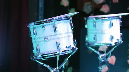 percussão : Corporate party. White drum kit on the stage