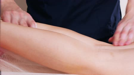 terapia : Massage session. Young woman receiving relaxing massage. Leg massage