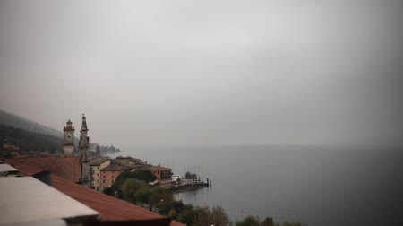 romênia : An overview of historical building. Italy. View rom the roof. Foggy weather. Time lapse