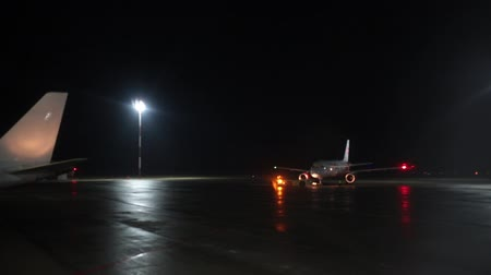 фюзеляж : RUSSIA, MOSCOW. 8-11-2018. SHEREMETYEVO AIRPORT: Airport. Landing field. Night time Стоковые видеозаписи