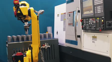 substituição : Industrial production. The robot replaces the man in a large production