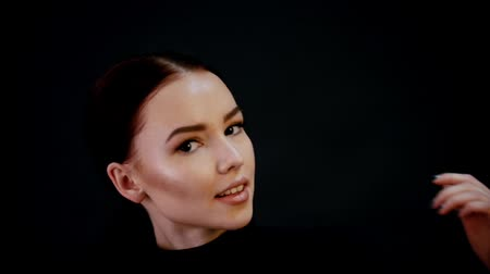 tur : Photosession. Portrait of young pretty woman model. Dark hair, intensive contouring. Smiling. Slow motion Stok Video