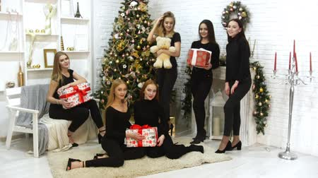 peluş : Six beautiful models taking a photo together in the studio Holding christmas gifts in the boxes