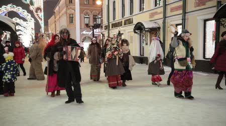 díszített : RUSSIA, KAZAN 07-01-2019: Russian national tradition - kolyadki. People walking on the streets in folk clothes Stock mozgókép