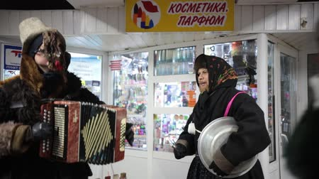 díszített : RUSSIA, KAZAN 07-01-2019: Russian national tradition - kolyadki. People in traditional clothes playing national music Stock mozgókép