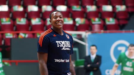 проходить : KAZAN, RUSSIA 23-12-18: basketball tournament. african-american man player walking and smiling
