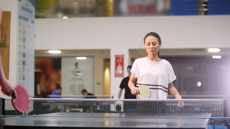 remoção : Ping pong playing. Young woman playing table tennis with her friend