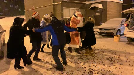 bengália : RUSSIA, KAZAN. 31-12-2018: New Year celebration. People having fun and dancing round dance