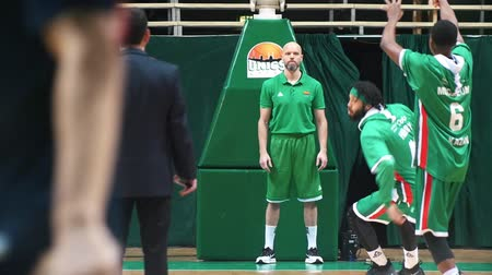 baixo ângulo : KAZAN, RUSSIA 23-12-18: basketball tournament. the team wearing green clothes preparing for the match