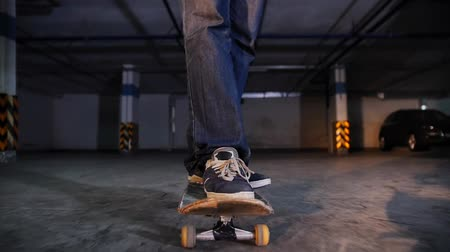 bruslař : A young man skateboarding on his board with military colors in the parking lot. Front view Dostupné videozáznamy