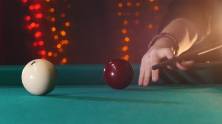 sinuca : Billiards club. A person playing billiards. A cue hitting the ball Stock Footage