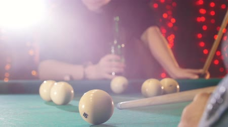sinuca : Billiards club. A person playing billiards. A cue hitting the ball. A man drinking beer on the background Stock Footage