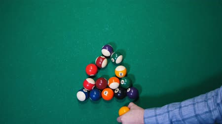 устроенный : Billiards club. Colored balls. Replacing the balls position