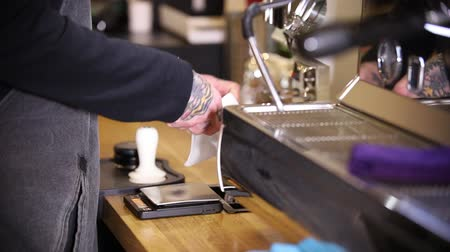 suporte : Barista making coffee. Stick out the holder and cleaning it