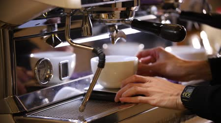 suporte : Barista making coffee. An espresso pouring in two cups