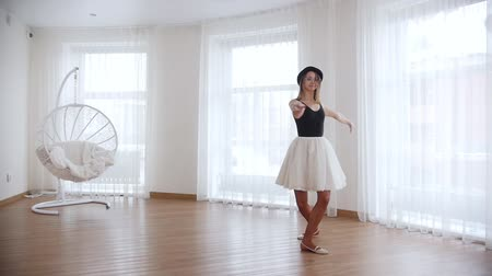 baletnica : Young woman ballerina training in bright studio. Performing the pirouette Wideo