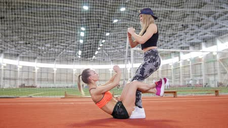 sportovkyně : Two young athletic women doing sport exercises