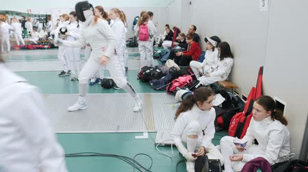 фехтование : 27 MARCH 2019. KAZAN, RUSSIA: A teen tournament in the hall. Teenagers fencers in protective clothes are waiting for their turn