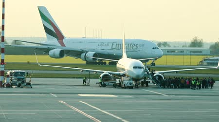 piloot : 30 April 2019, PRAGUE, CZECH: Vaclav Havel airport - EMIRATES AIRLINES - A huge plane is moving on an airport runway Stockvideo