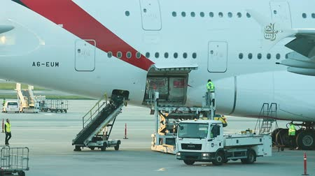 aanpak : 30 April 2019, PRAGUE, CZECH: Vaclav Havel airport - Workers are getting the airplane ready for the flight