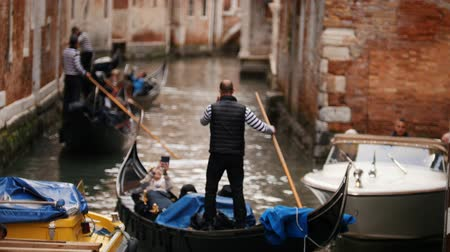 kano : 29-04-2019 ITALY, VENICE: Excursions by the water channels on canoes. Sailing