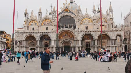 marco : 29-04-2019 ITALY, VENICE: A square near the St. Marks Cathedral, Venice, Italy. Crowds of people walking on the square