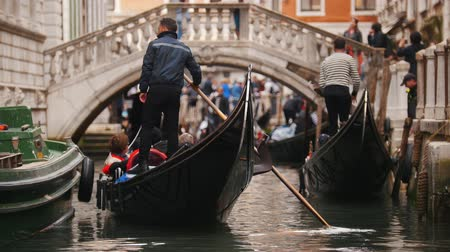 kano : 29-04-2019 ITALY, VENICE: Excursions by the water channels on canoes. People waiting for their turn