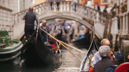 kano : 29-04-2019 ITALY, VENICE: Excursions by the water channels on canoes. People sitting in the canoe