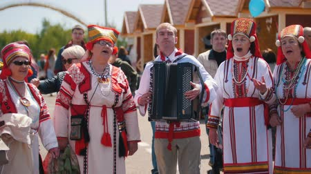groupe : Tatarstan, Laishevo 25-05-2019: Women in traditional Russian costumes singing, and man plays accordion