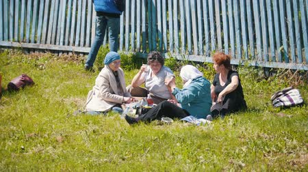 groupe : Tatarstan, Laishevo 25-05-2019: Russian matur women sit together having a picnic