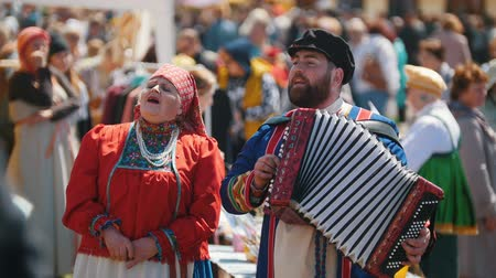 groupe : Tatarstan, Laishevo 25-05-2019: The man and the woman in national Russian clothes sing and play an accordion Stock Footage