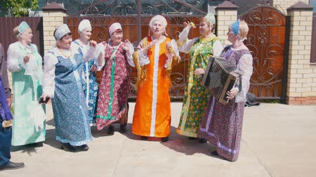 groupe : Tatarstan, Laishevo 25-05-2019: Old women in traditional Russian clothes dancing and singing.