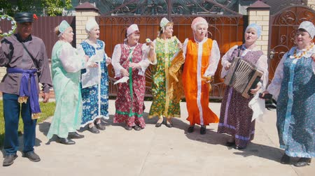 choral : Tatarstan, Laishevo 25-05-2019: Old russian women and man dance and sing in circle. One of them plays accordion Stock Footage