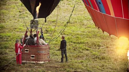 vzducholoď : 18-07-2019 Pereslavl-Zalessky, Russia: excited people sitting in the basket of air balloon and waiting for the flight.