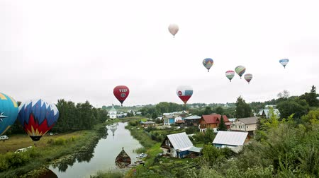 dirigível : 18-07-2019 Pereslavl-Zalessky, Russia: different colorful air balloons taking off over the field - AD logos like HeadHunter, Haier and VZEF