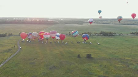 vzducholoď : 18-07-2019 Suzdal, Russia: different colorful air balloons are taking off over the field