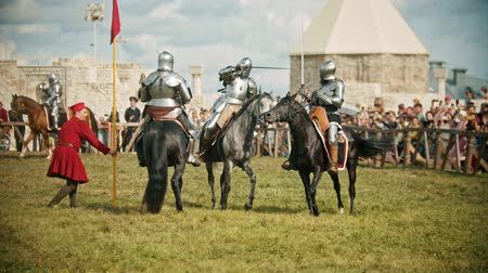 adversidade : BULGAR, RUSSIA 11-08-2019: Several knights having a battle on the field - the judge walking around and watching the battle