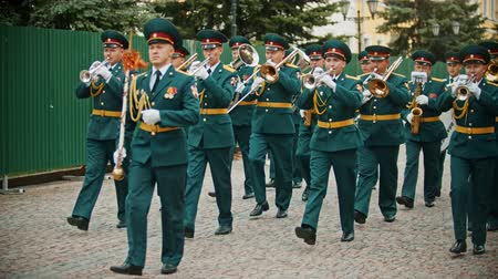 trąbka : RUSSIA, KAZAN 09-08-2019: A wind instrument parade - a man holding a plate that says military orchestra of Saratov